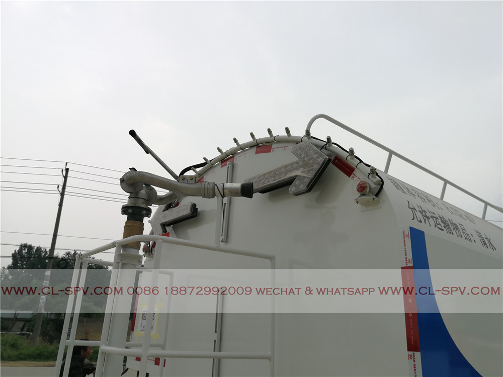 rear spraying system on High pressure cleaning truck