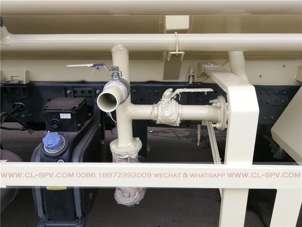 système de tuyauterie sur un camion de transport de ciment en vrac