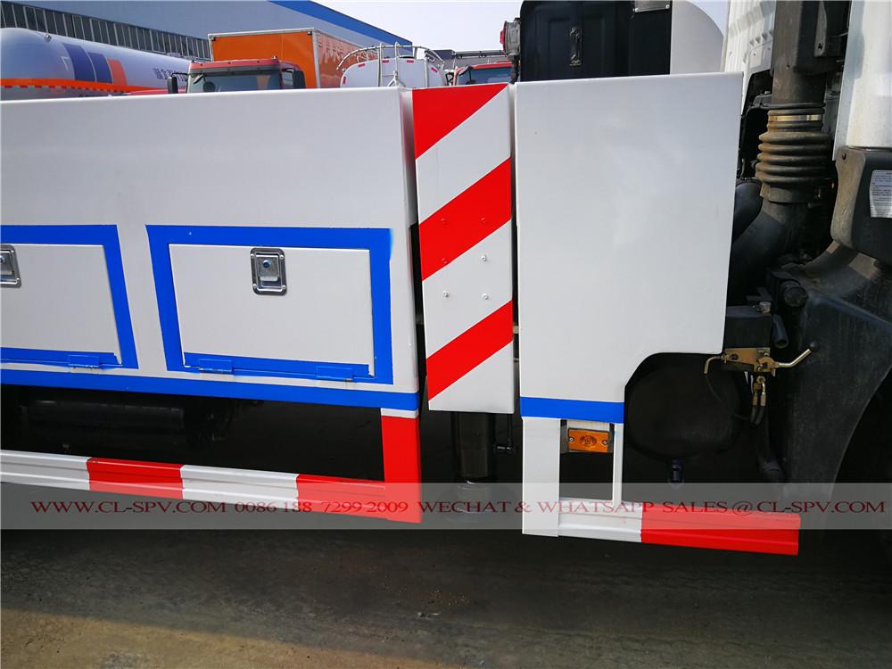 hydraulic legs on aerial platform truck