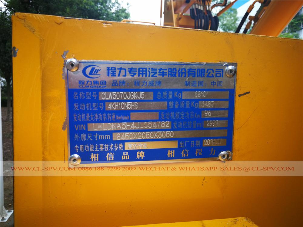 placa de identificação da Isuzu caminhão plataforma aérea