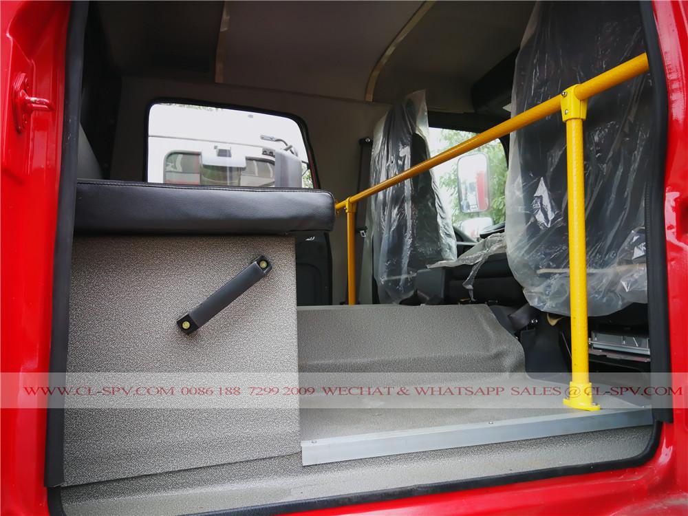 الصورة الداخلية للايسوزو FTR الكابينة المقعد الخلفي