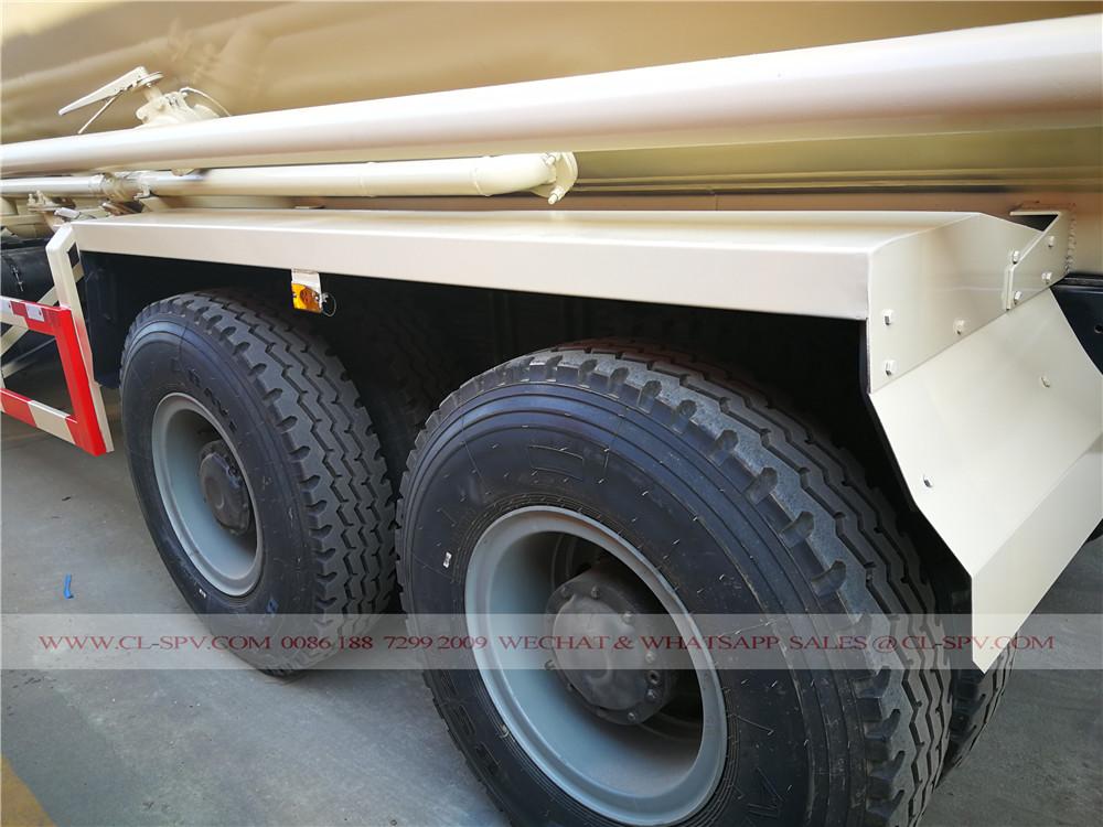 sistema de tuberías en el camión de cemento a granel