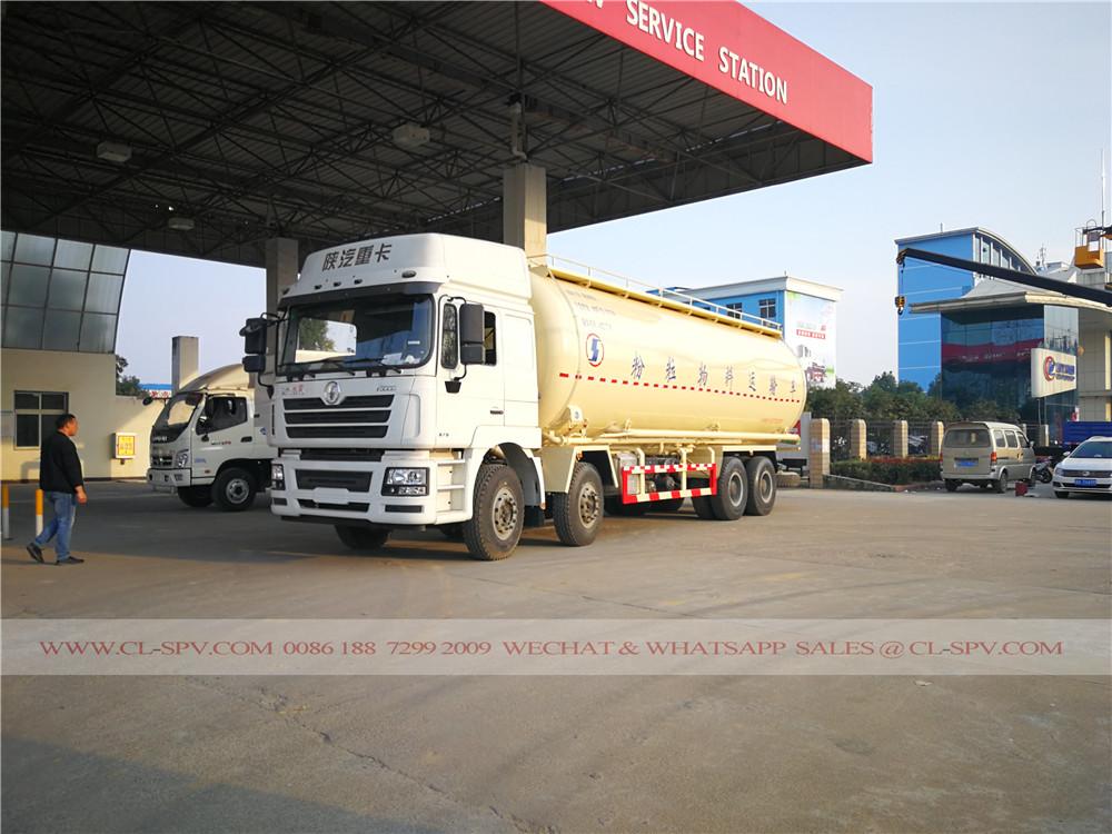 cemento camión de reabastecimiento de combustible en la gasolinera