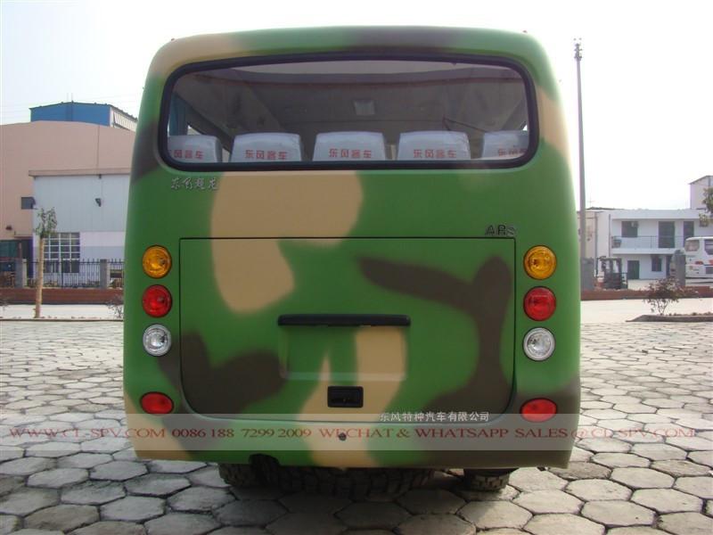 4x4 полноприводного военного автобуса