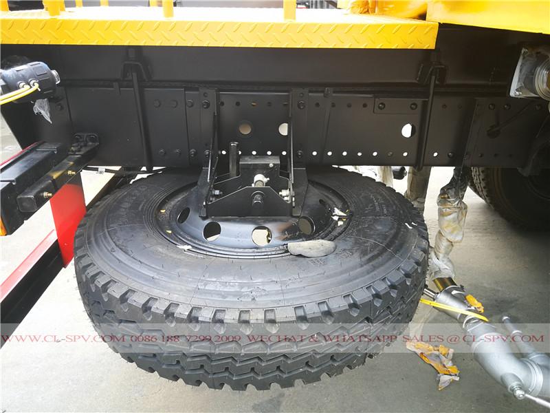 roue de secours sur le véhicule de l'eau