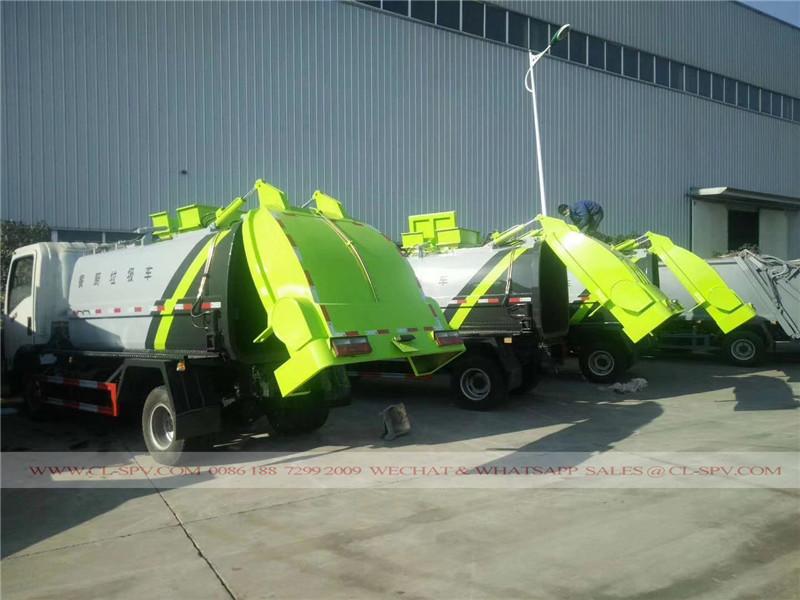 Colgando por mayor de camión de la basura cubo