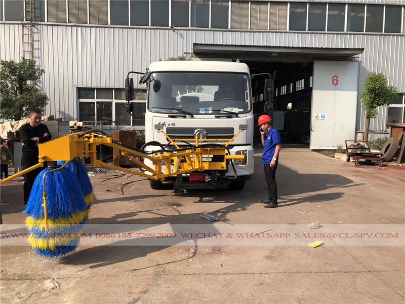 Guard cleaning device on trucks