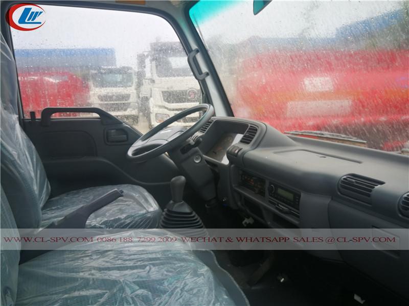 Vue de la cabine intérieure du camion de ravitaillement en carburant isuzu 600P