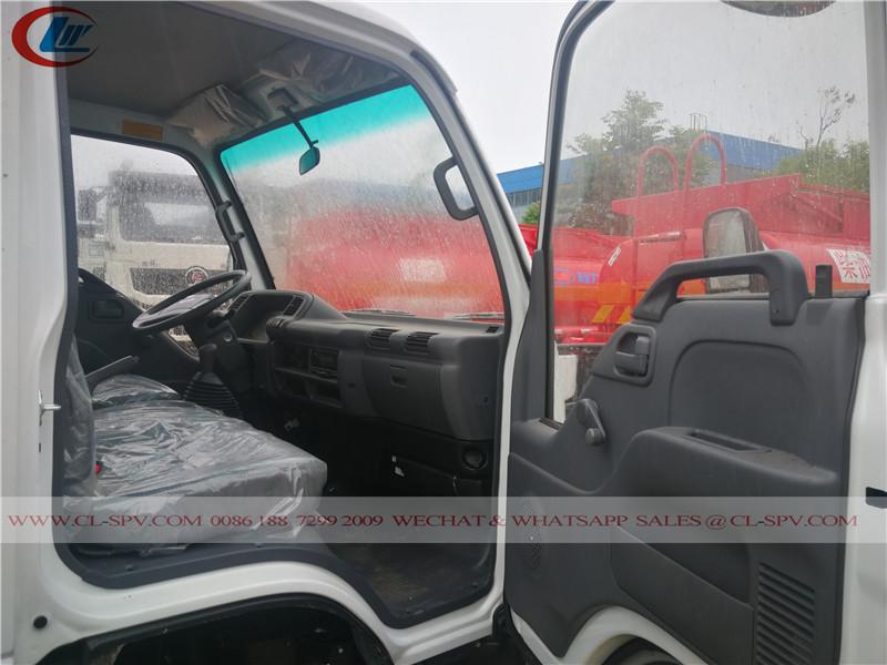 Vue de la cabine droite du camion de ravitaillement en carburant isuzu 600P
