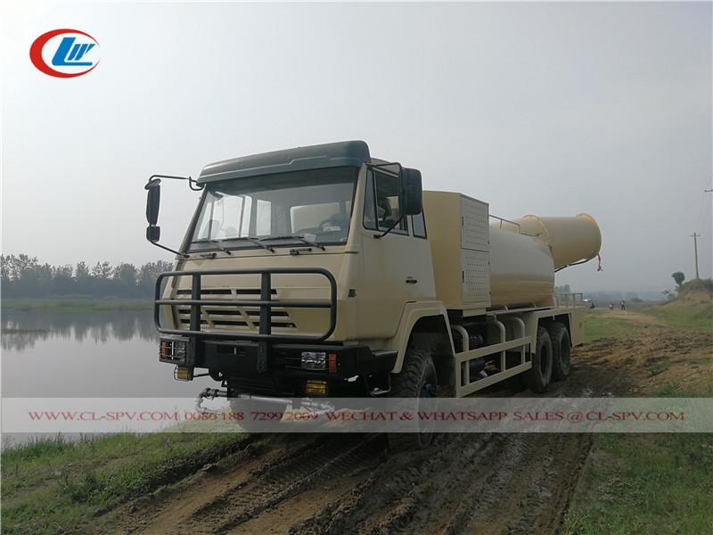 Тестирование всасывания воды на грузовике для опрыскивания пестицидами Shacman в реке